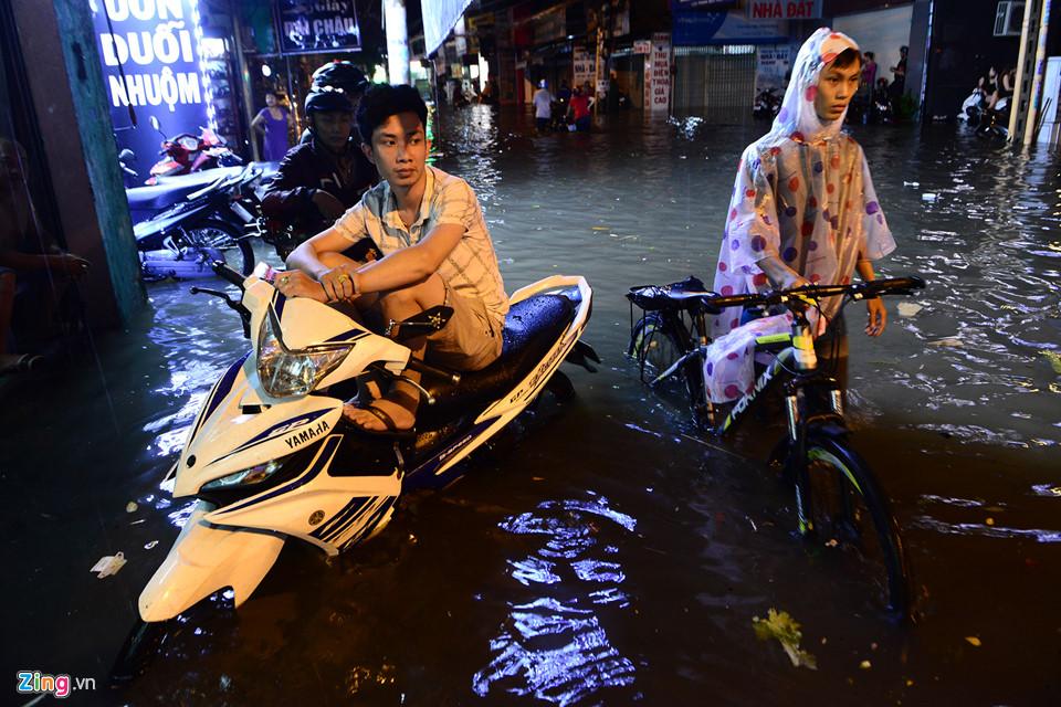 Người Sài Gòn lội nước ngập ngang bụng, ngã sấp mặt giữa đêm-16