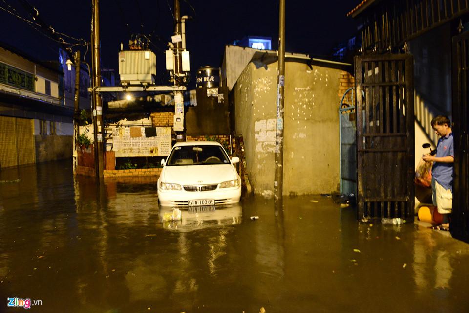 Người Sài Gòn lội nước ngập ngang bụng, ngã sấp mặt giữa đêm-17