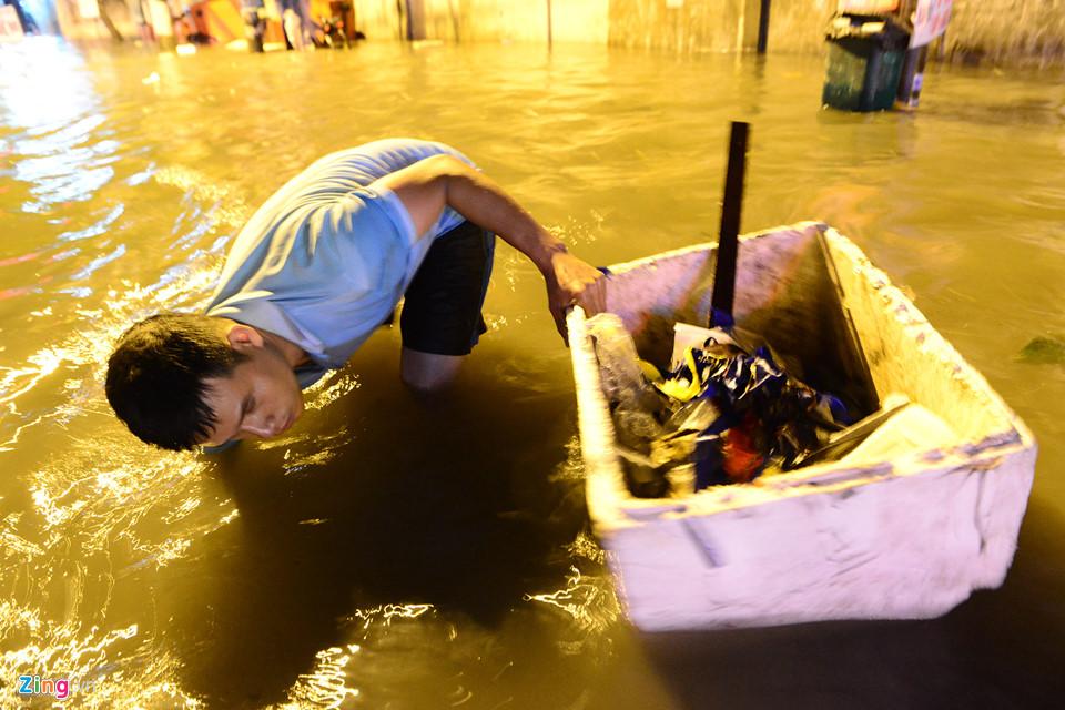 Người Sài Gòn lội nước ngập ngang bụng, ngã sấp mặt giữa đêm-18