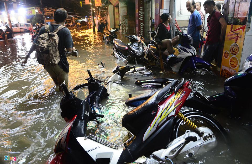 Người Sài Gòn lội nước ngập ngang bụng, ngã sấp mặt giữa đêm-3
