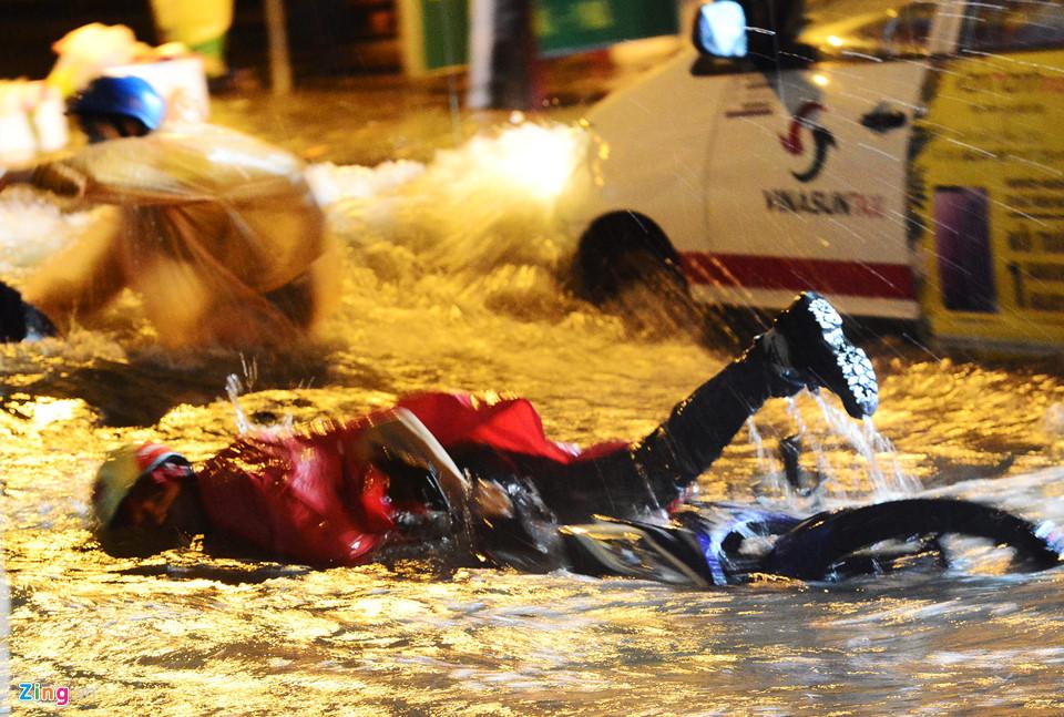 Người Sài Gòn lội nước ngập ngang bụng, ngã sấp mặt giữa đêm-4