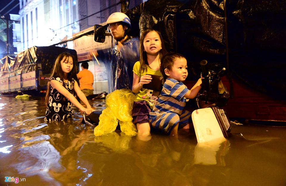 Người Sài Gòn lội nước ngập ngang bụng, ngã sấp mặt giữa đêm-5