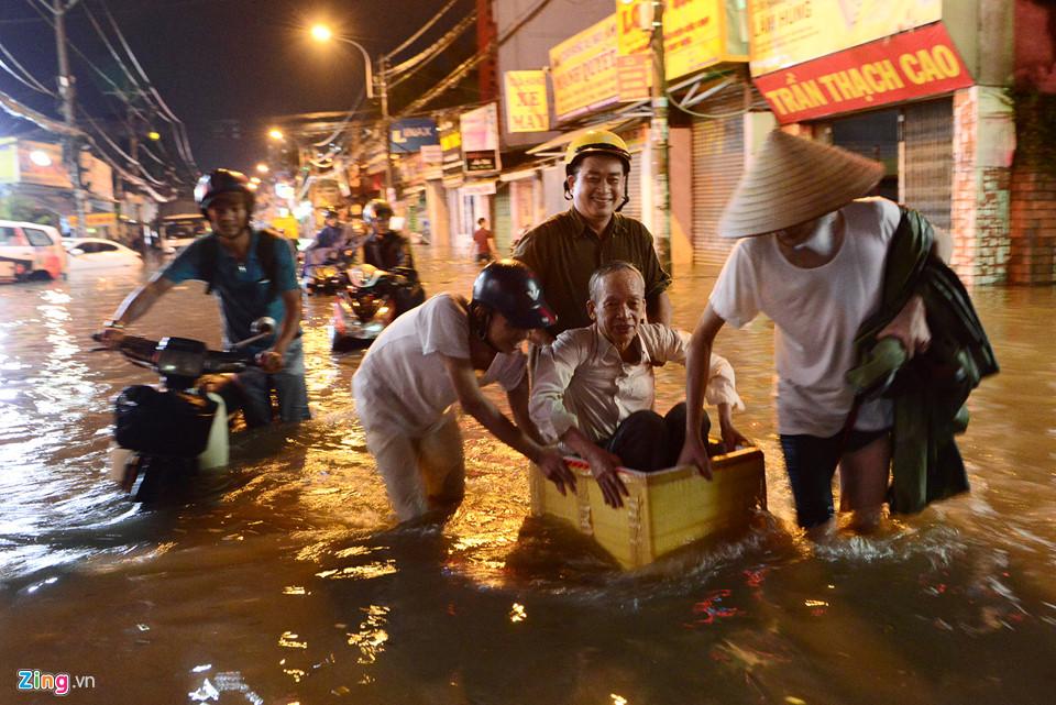 Người Sài Gòn lội nước ngập ngang bụng, ngã sấp mặt giữa đêm-6
