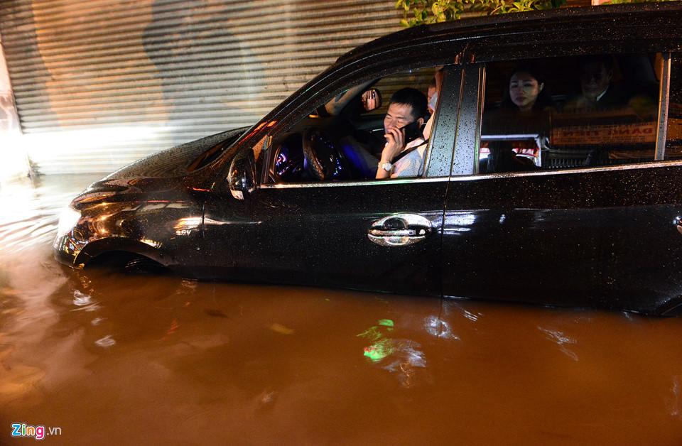 Người Sài Gòn lội nước ngập ngang bụng, ngã sấp mặt giữa đêm-8