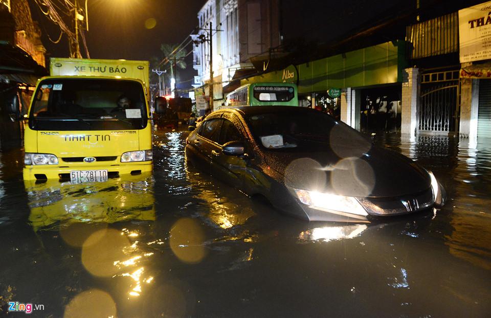 Người Sài Gòn lội nước ngập ngang bụng, ngã sấp mặt giữa đêm-9