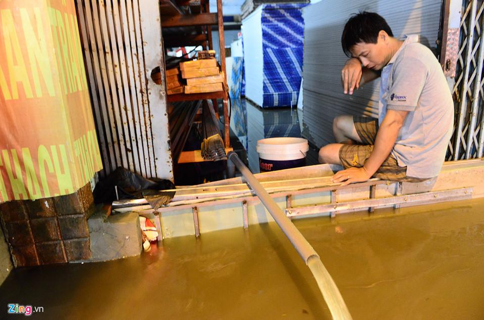 Người Sài Gòn lội nước ngập ngang bụng, ngã sấp mặt giữa đêm-10