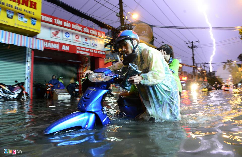 Người Sài Gòn lội nước ngập ngang bụng, ngã sấp mặt giữa đêm-1