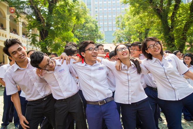 Ngày ra trường của teen Lê Hồng Phong: Nụ cười và nước mắt, bạn tôi ơi xin bên nhau thêm chút nữa!-9