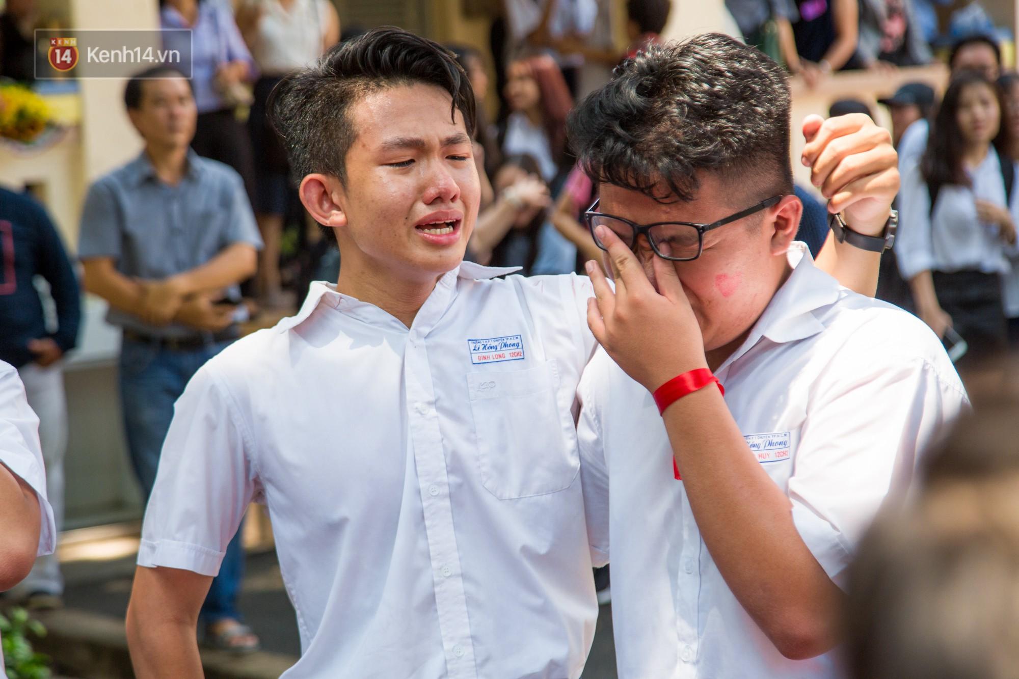 Ngày ra trường của teen Lê Hồng Phong: Nụ cười và nước mắt, bạn tôi ơi xin bên nhau thêm chút nữa!-11