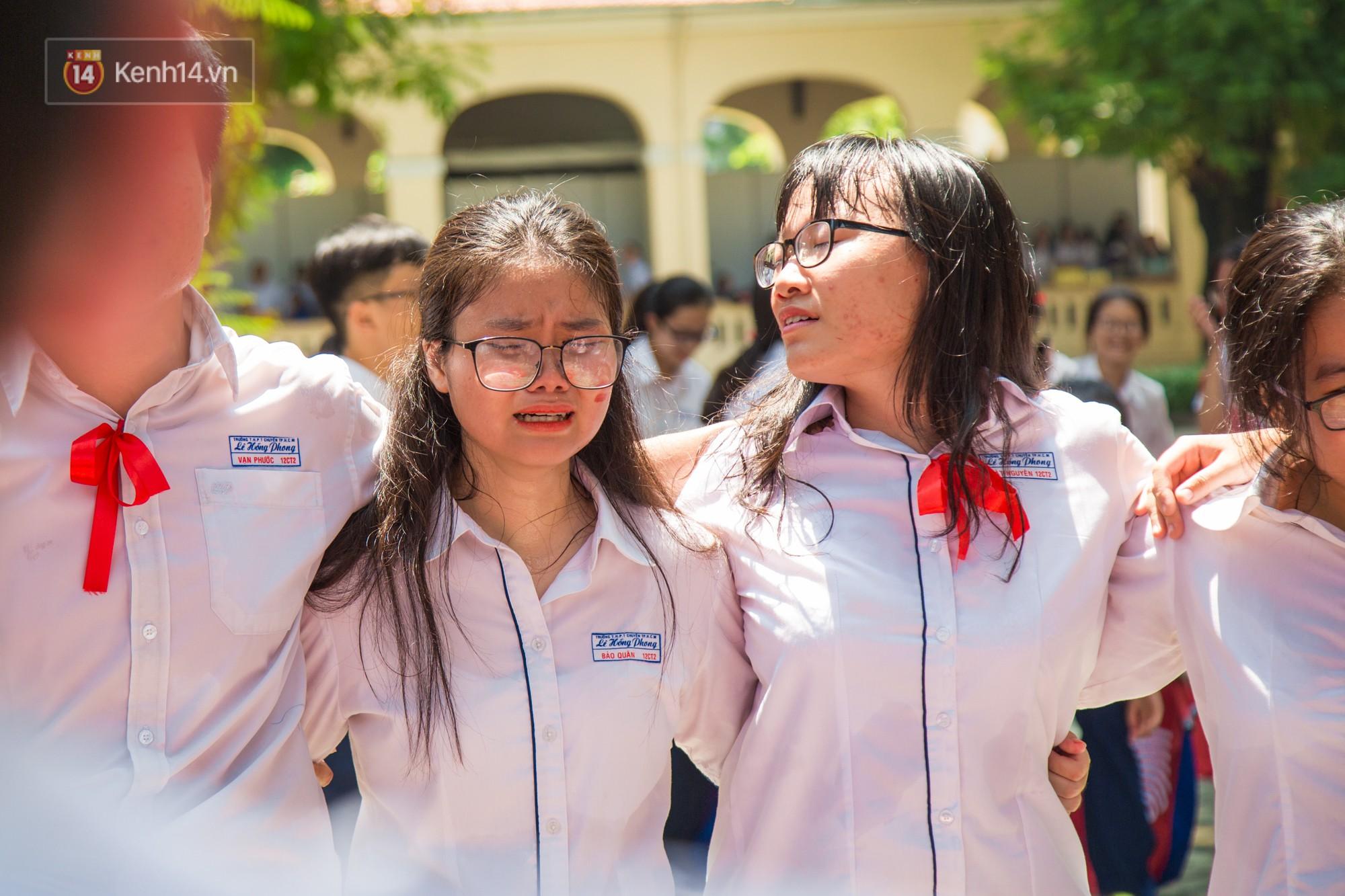 Ngày ra trường của teen Lê Hồng Phong: Nụ cười và nước mắt, bạn tôi ơi xin bên nhau thêm chút nữa!-13
