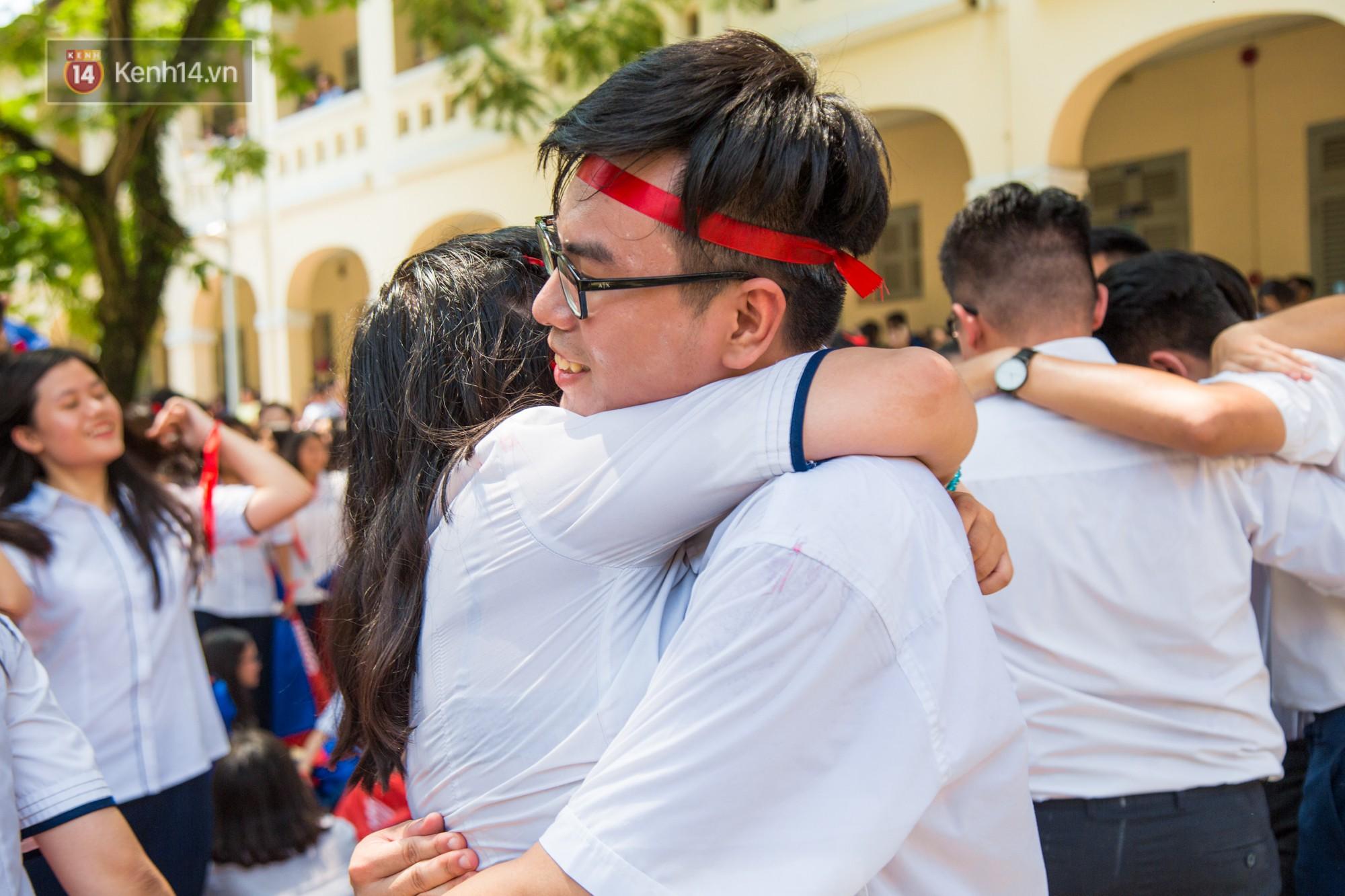 Ngày ra trường của teen Lê Hồng Phong: Nụ cười và nước mắt, bạn tôi ơi xin bên nhau thêm chút nữa!-14