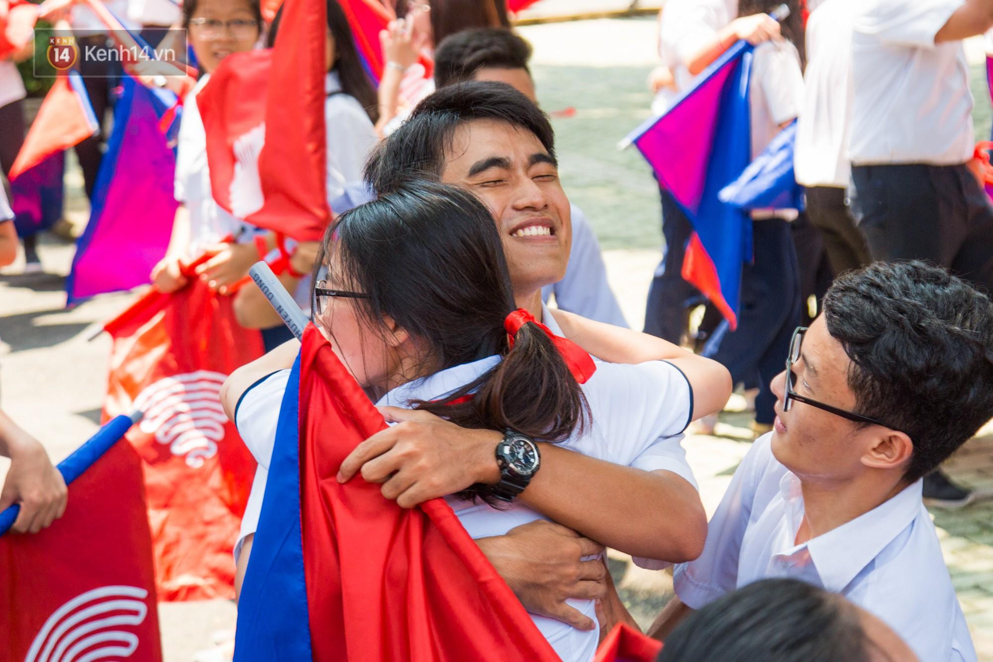 Ngày ra trường của teen Lê Hồng Phong: Nụ cười và nước mắt, bạn tôi ơi xin bên nhau thêm chút nữa!-15