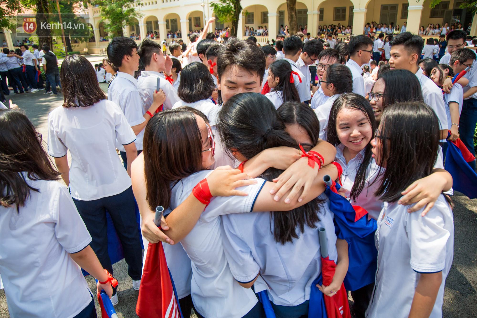 Ngày ra trường của teen Lê Hồng Phong: Nụ cười và nước mắt, bạn tôi ơi xin bên nhau thêm chút nữa!-17