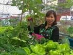 Chỉ 40m² sân thượng, mẹ Hà Nội gây bất ngờ với vườn ngập rau trái, gà, trứng ăn quanh năm-13
