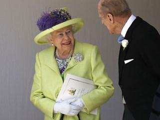 Nếu bạn thắc mắc vì sao Nữ hoàng Elizabeth mặc đồ xanh nõn chuối đến Đám cưới Hoàng gia thì lý do là thế này