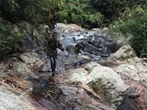 Lực lượng chức năng đang đi bộ 12km xuyên địa hình hiểm trở để tiếp cận hiện trường phượt thủ tử vong