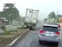 """Kinh hãi tài xế buồn ngủ cho """"xe công"""" leo dải phân cách"""