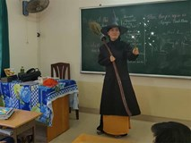 Cô giáo dạy văn hóa trang thành bà phù thủy tạo cảm hứng cho học sinh gây sốt MXH