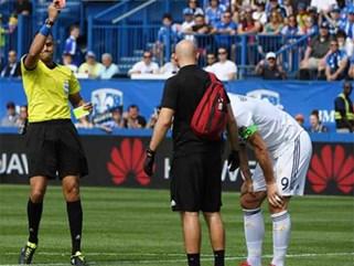 Tát đối thủ, Ibrahimovic nhận thẻ đỏ đầu tiên ở Mỹ