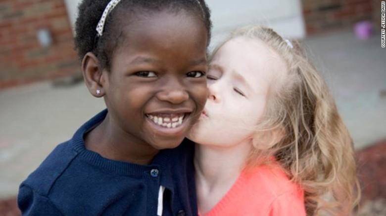 Nhận nuôi bé gái châu Phi, cặp vợ chồng không ngờ sau khi cô bé học tiếng Anh lại tiết lộ một sự thật quá khủng khiếp-1