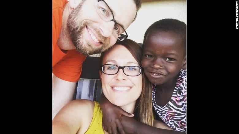 Nhận nuôi bé gái châu Phi, cặp vợ chồng không ngờ sau khi cô bé học tiếng Anh lại tiết lộ một sự thật quá khủng khiếp-4