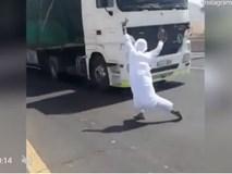 Thanh niên gây phẫn nộ khi chơi khăm chặn đầu xe tải trên đường
