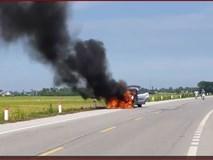 Ô tô con đang chạy bốc cháy ngùn ngụt trên quốc lộ