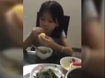 Không thể nhịn cười: Cô bé vừa ăn vừa chất vấn