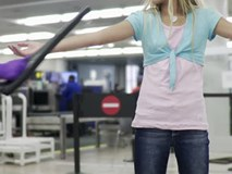 Còi báo động vang lên khi bé gái bước qua máy quét an ninh sân bay, cảnh sát phát hiện âm mưu tàn nhẫn