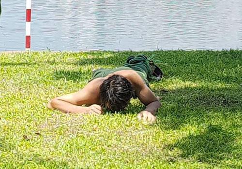 Nam thanh niên nghi ngáo đá nằm... gặm cỏ ở bờ hồ Thiền Quang-1