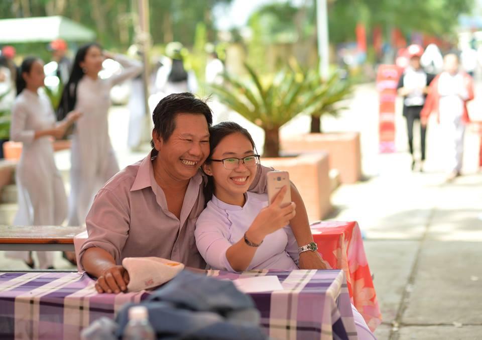 Ông bố đèo cả bình khí đi làm vẫn tranh thủ đến trường selfie cùng con gái trong lễ tổng kết cuối năm-2
