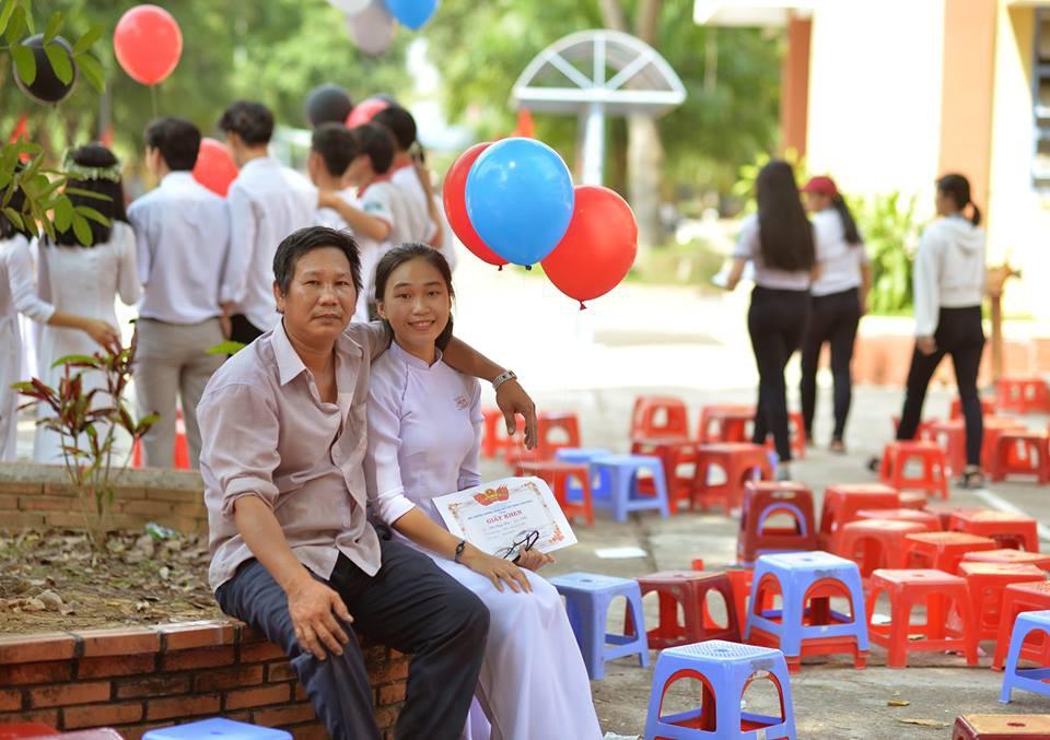 Ông bố đèo cả bình khí đi làm vẫn tranh thủ đến trường selfie cùng con gái trong lễ tổng kết cuối năm-3