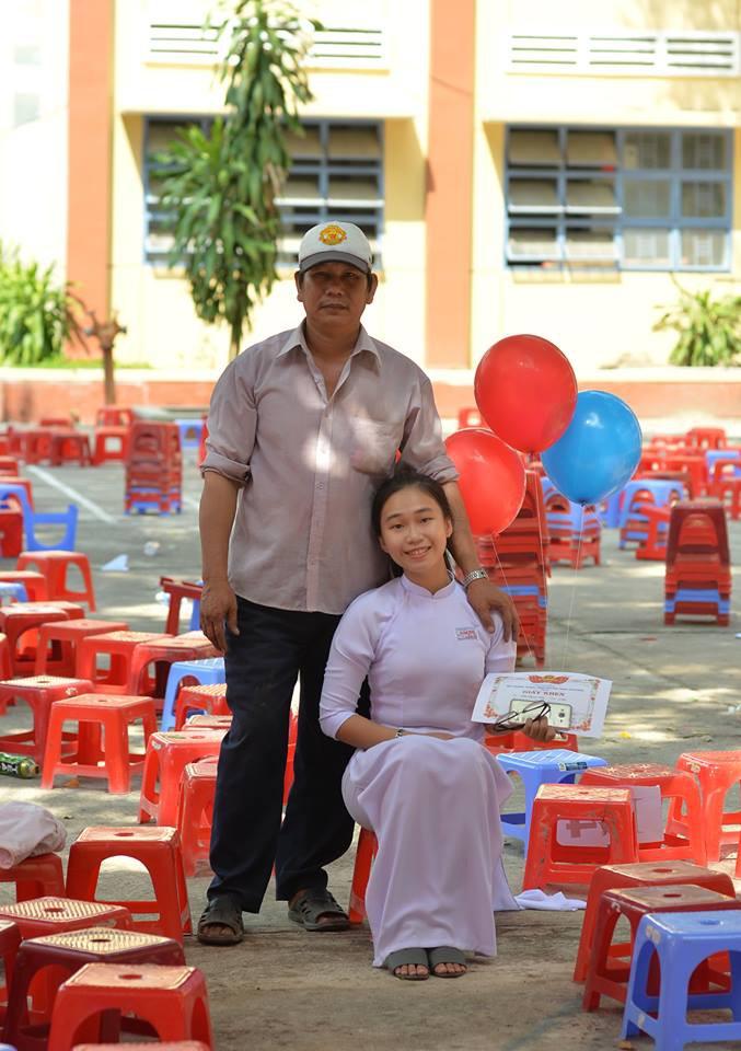 Ông bố đèo cả bình khí đi làm vẫn tranh thủ đến trường selfie cùng con gái trong lễ tổng kết cuối năm-4