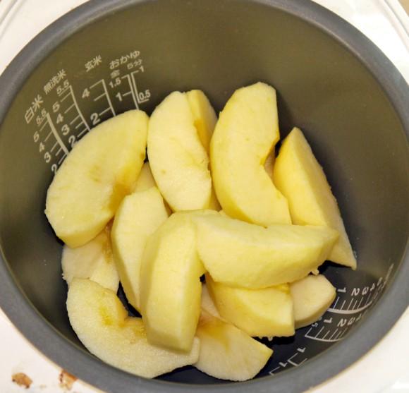 Đổ hết táo vào nồi cơm điện rồi nấu chín, ăn rồi ai cũng khen lấy khen để-1