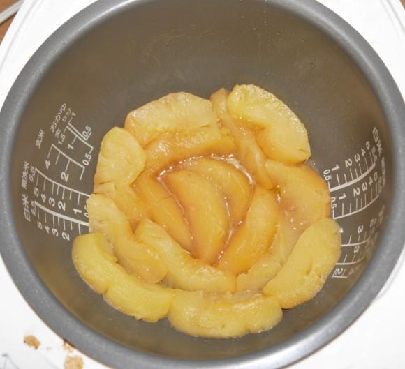 Đổ hết táo vào nồi cơm điện rồi nấu chín, ăn rồi ai cũng khen lấy khen để-5