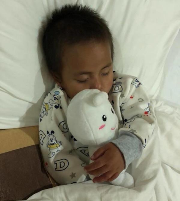 Hình ảnh mới nhất của em bé Mường Lát quỳ lết dưới nền đất sau 5 tháng tìm thấy nhà-3