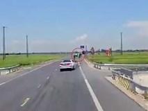Xe con phóng tốc độ cao đâm trực diện khiến xe máy bay thẳng xuống ruộng
