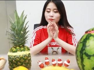 Đâu cần tủ đá, 'thánh ăn công sở' vẫn khiến người xem khó rời mắt khi trổ tài làm kem hoa quả cực ngon