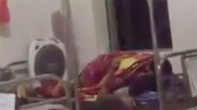 Nóng mắt với cảnh cặp đôi ôm nhau, hôn hít ngay trên giường bệnh viện giữa bốn bề bệnh nhân-5