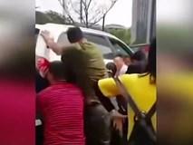 Ném gạch vào ô tô sau va chạm nhẹ, cô gái trẻ bị tài xế tông thẳng xe lên người