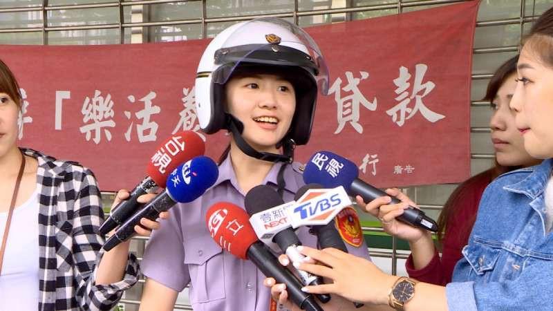 Vừa nhìn thấy nữ cảnh sát xinh đẹp, tên tội phạm lập tức nhận tội và hỏi xin số làm quen-4