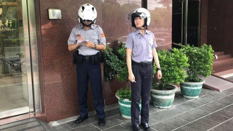 Vừa nhìn thấy nữ cảnh sát xinh đẹp, tên tội phạm lập tức nhận tội và hỏi xin số làm quen-2