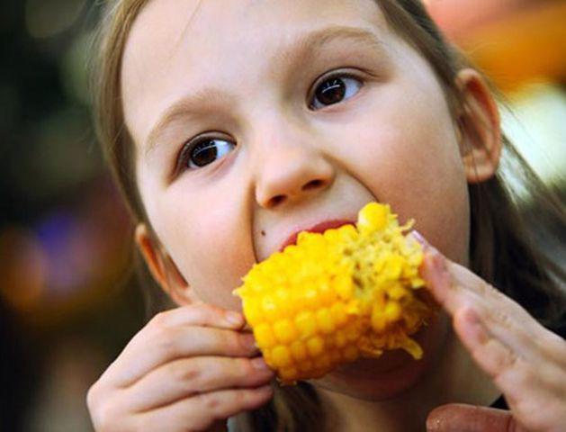Bé 13 tháng tuổi bục dạ dày vì mẹ cho ăn ngô: 6 người cấm ăn không chỉ trẻ nhỏ-5