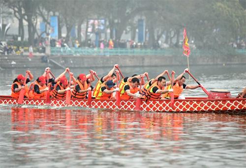Hàng nghìn người xem lễ hội bơi chải thuyền rồng Hồ Tây-7