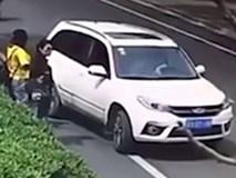 Cô gái bị tài xế ô tô lao xe qua người