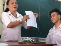 Cô giáo thưởng cả cọc tiền 20.000 đồng cho học sinh có bài kiểm tra trên 6,5 điểm