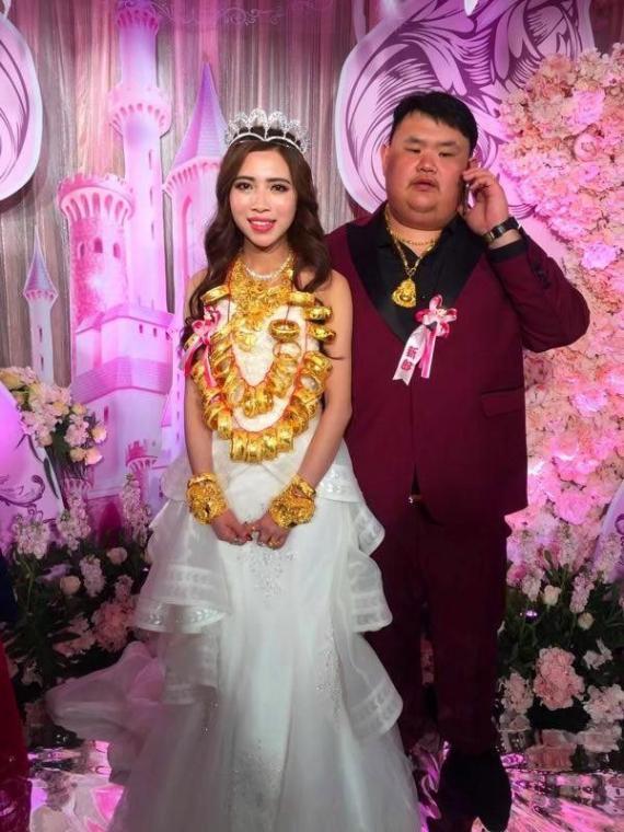 Cô dâu đeo vàng gãy cổ trong đám cưới vẫn mạnh miệng nói: Em chỉ yêu anh, không yêu vàng-2