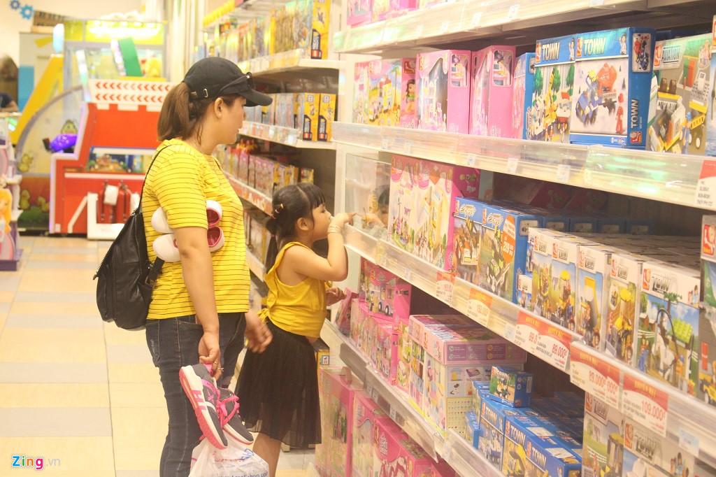 Phụ huynh săn lùng đồ chơi bạc triệu cho trẻ ngày Quốc tế Thiếu nhi-1