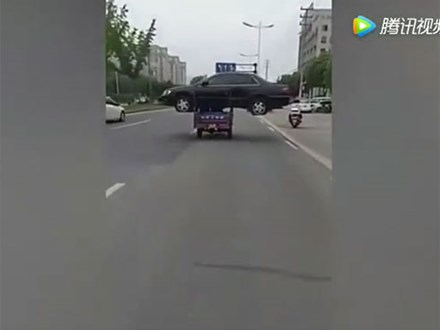 Thanh niên bị phạt 1300 tệ vì chở nguyên một chiếc ô tô bằng xe ba gác