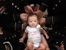 Bức ảnh bé gái được hàng chục người lính nâng đỡ và câu chuyện phía sau khiến mọi người rớt nước mắt